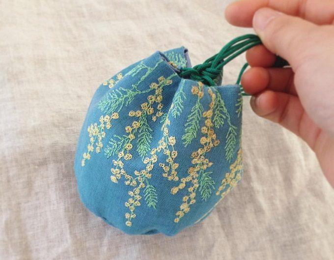 足踏みミシン刺繍が施された「nui+(ヌイ)」のミモザの巾着