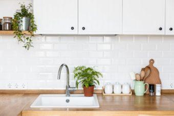 ヌメリや汚れ・においを予防。自宅にあるもので簡単に出来るキッチンの排水溝掃除
