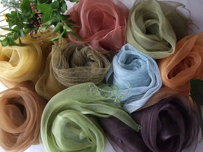 「アトリエ冬青(そよご)」の草木染めストール、様々なカラー