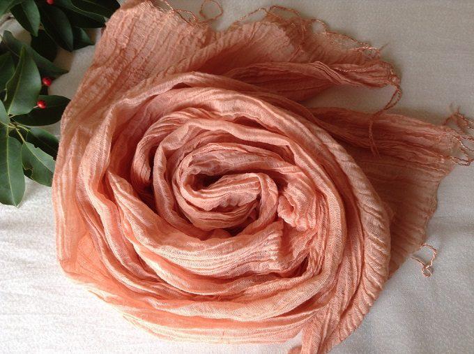 「アトリエ冬青(そよご)」の草木染めストール、ピンク色