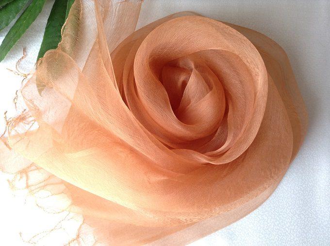 「アトリエ冬青(そよご)」の草木染めストール、オレンジ色