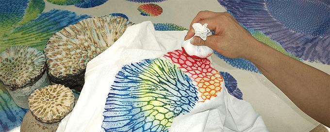 沖縄の染物研究所「首里琉染」で体験できるサンゴ染の様子2