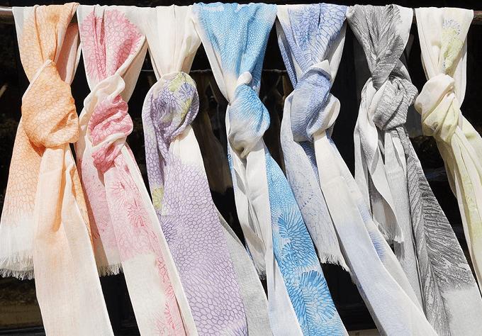 「首里琉染(しゅりりゅうせん)」のサンゴ染のスカーフ