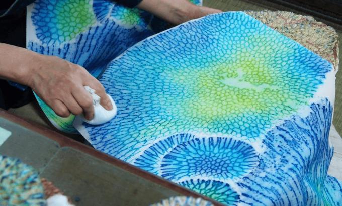 沖縄の染物研究所「首里琉染」で体験できるサンゴ染の様子1