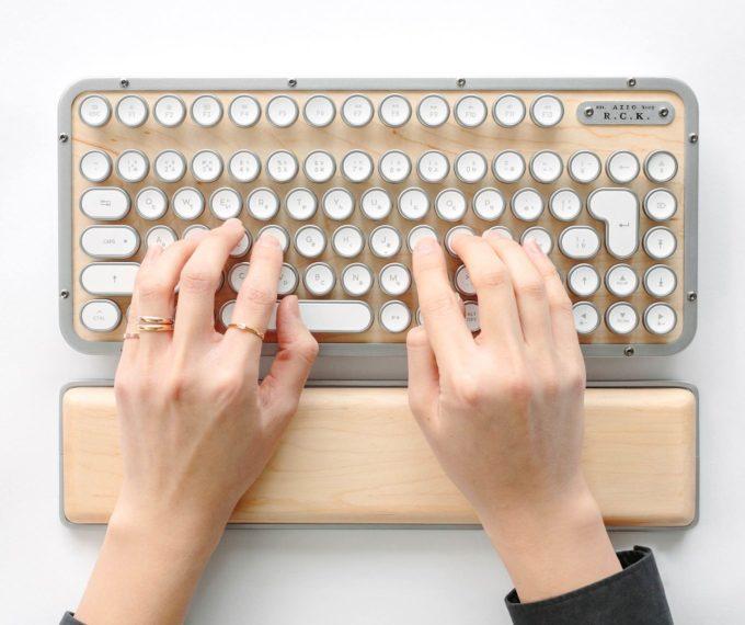 レトロでスタイリッシュな「AZIO(エイジオ)」のキーボード使用例2
