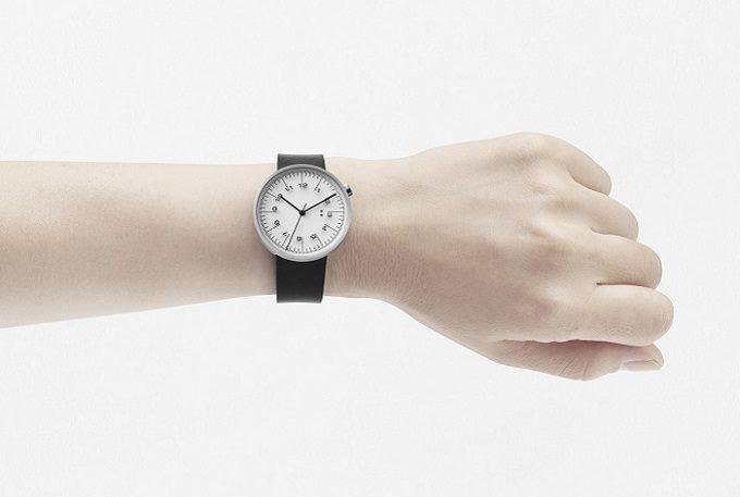 「10:10 BY NENDO」の定規のようなデザインの腕時計の装着例