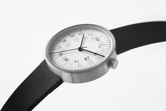 「10:10 BY NENDO」の定規のようなデザインの腕時計の文字盤