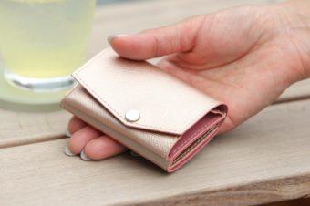 持ち物を見直すきっかけにも。最低限の小銭やカードのみを収める「abrAsus」のミニ財布