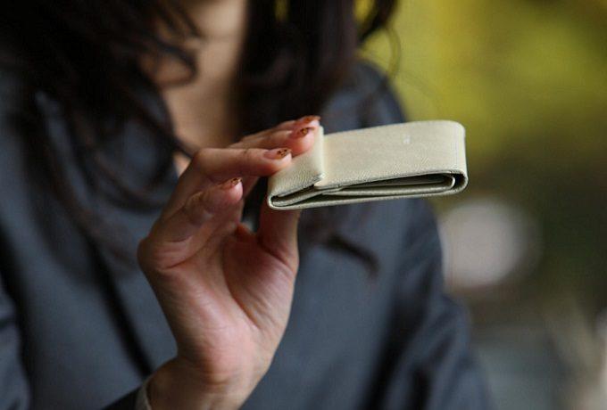 大人女子におすすめの「abrAsus(アブラサス)」のミニ財布の厚み