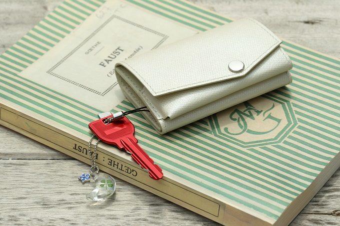 大人女子におすすめの「abrAsus(アブラサス)」のミニ財布、ライトグレー