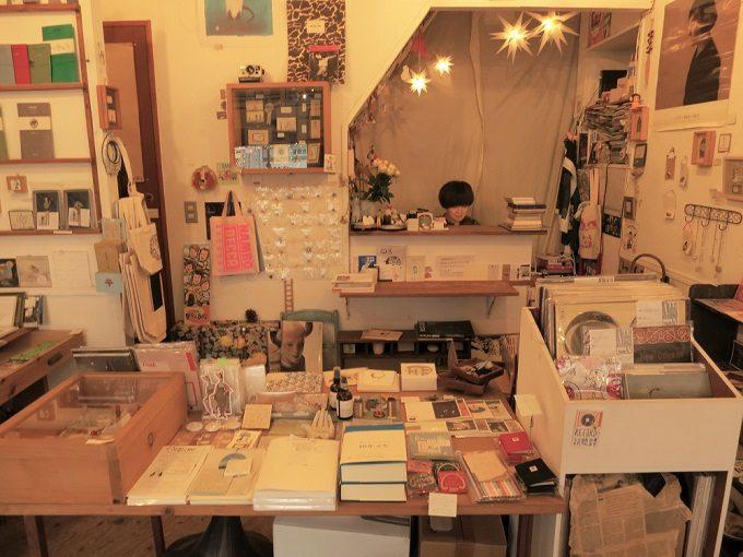 高円寺の本屋「Amleteron(アムレテロン)」の店内写真1