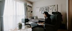 色を統一すれば、狭いスペースもすっきり。モノトーンカラーで揃えた大人女性のお部屋実例