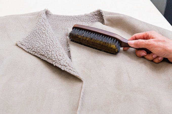 ムートンコートのお手入れにおすすめの「洋服ブラシ ニット用」の使い方1