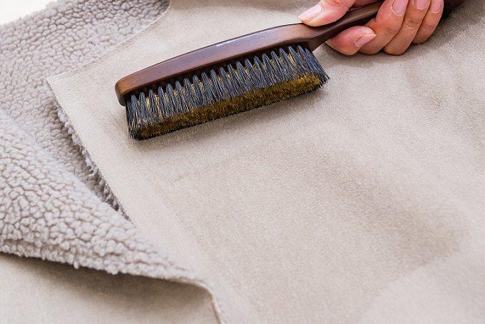 ムートンコートのお手入れにおすすめの「洋服ブラシ ニット用」の使い方2
