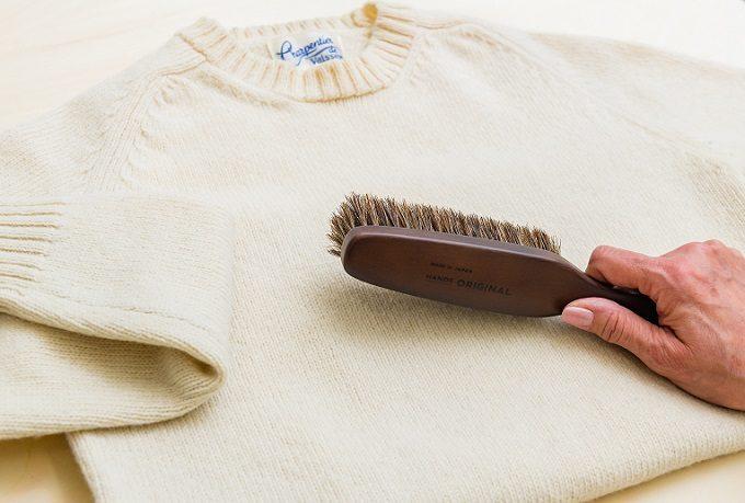 ニットのお手入れにおすすめの「東急ハンズオリジナル洋服ブラシ ウール用」の使い方
