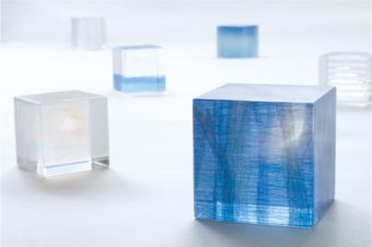 キューブの中の奥行きある風景。冷たさと温もりが同居する松村淳さんのガラス作品