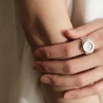 精巧な作りに釘付け。指輪の美しい佇まいと時計の機能を...