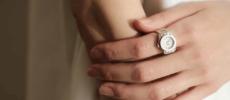 指輪のような「moco」の指時計、装着例1