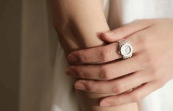 精巧な作りに釘付け。指輪の美しい佇まいと時計の機能を持ち合わせた「moco」の指時計