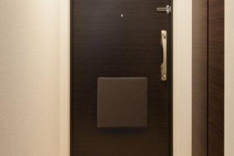 いざというとき確実に持ち出せる。玄関に磁石で設置する防災バッグ「OTE」