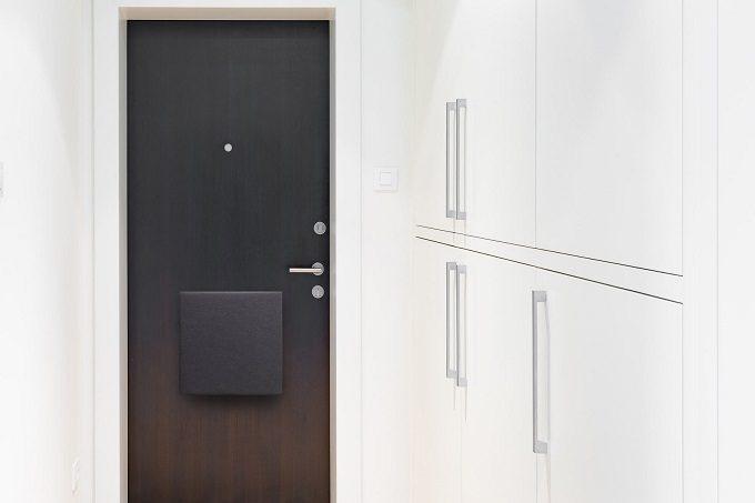 玄関に磁石で設置する防災バッグ「OTE」2