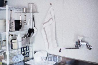 物を厳選&置き方次第で、すっきり使いやすく。ミニマリストが実践する水周りの収納アイデア