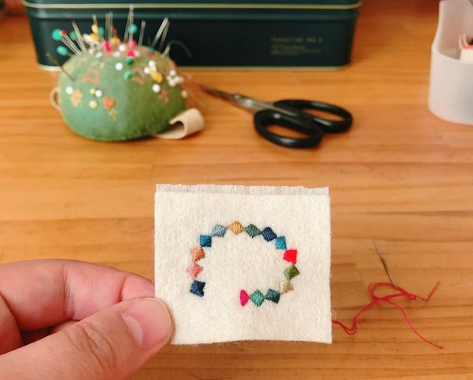 「tukumokumo(つくもくも)」の刺繍ブローチ制作過程