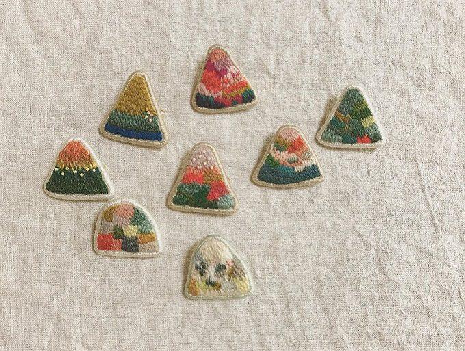 山モチーフの「tukumokumo(つくもくも)」の刺繍ブローチ