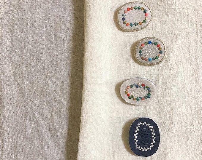 リース状のモチーフの「tukumokumo(つくもくも)」の刺繍ブローチ