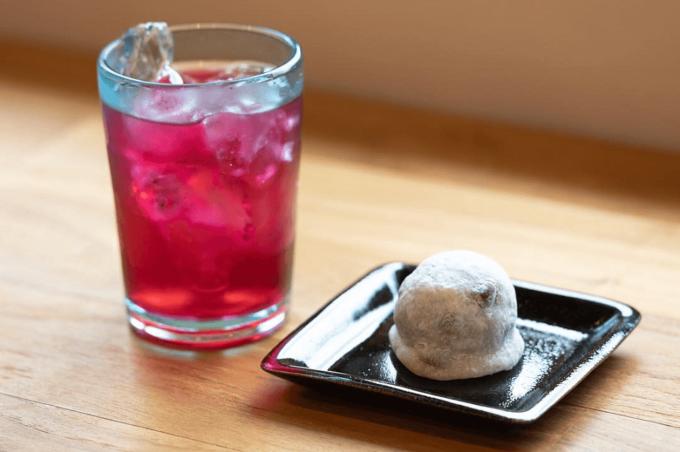 沖縄県の和菓子屋さん「羊羊(ようよう)」のおすすめ和菓子、豆大福と赤しそジュース
