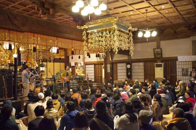 お寺がライブ会場!驚きの場所で行われる一風変わった音楽フェス