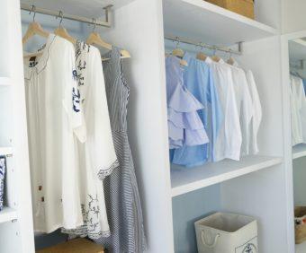 使いやすくてスッキリ。クローゼット&洗濯機周りのつっぱり棒活用アイデア