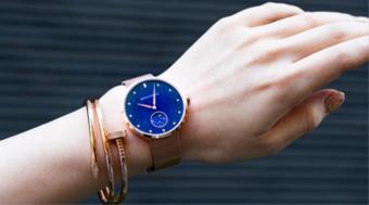 天然石のアベンチュリンをお守りに。月の満ち欠けがわかる「monogriis」の腕時計