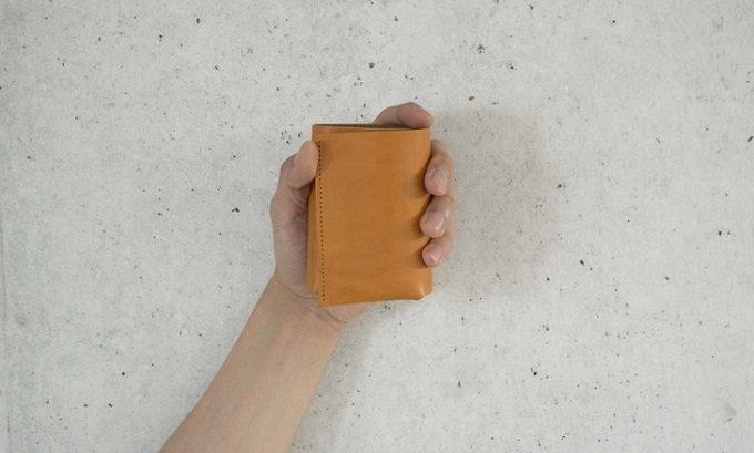 「FABRIK」の大容量ミニ財布TRI-FOLD WALLET
