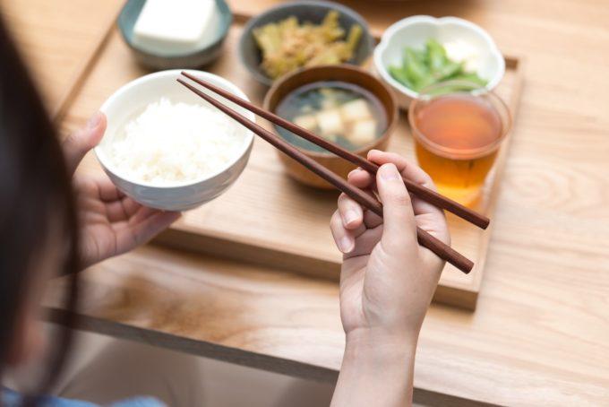 食卓で食事をとる女性の手元