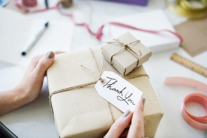 贈り物をラッピングする女性の手元