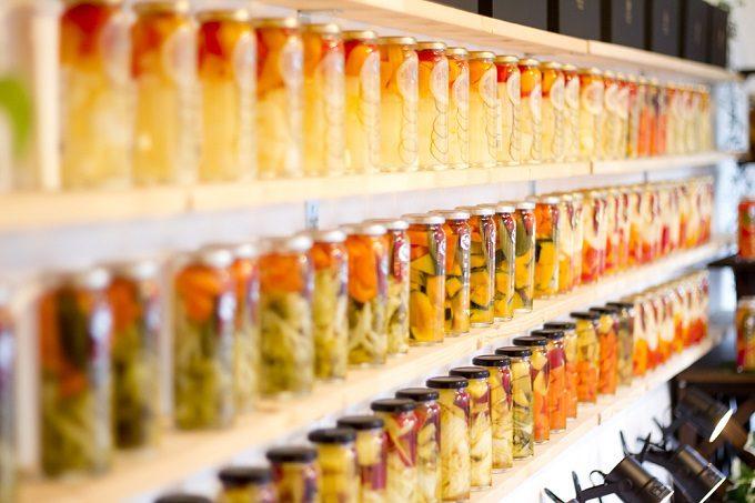 山口県の萩の地元野菜を使った瓶詰めの「萩野菜ピクルス」が並んだところ