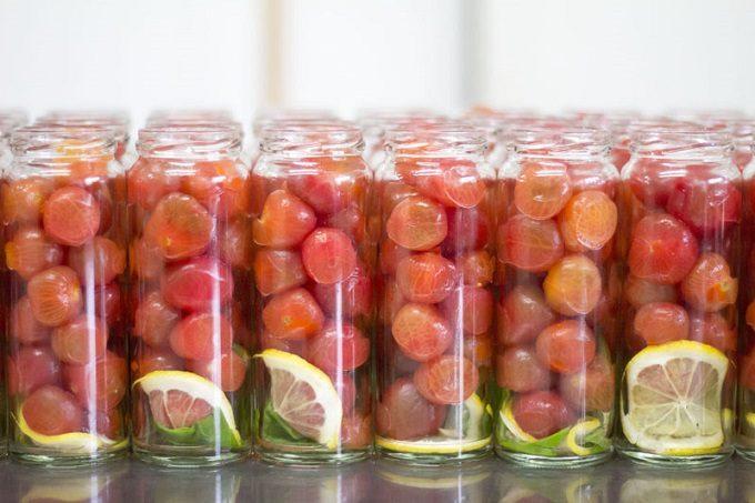 山口県の萩の地元野菜を使った瓶詰めの「萩野菜ピクルス」、ミニトマト