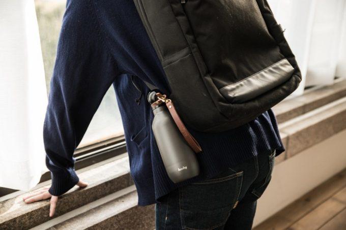 保冷・保温に優れたおしゃれなマイボトル「Hashy Bottle」をバッグに取り付けた様子