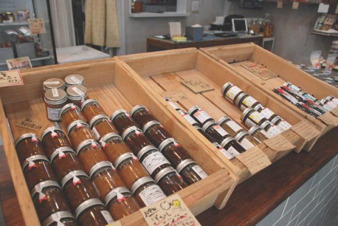 保存食「佐渡保存」の実店舗「HOZON」の、瓶が並ぶ棚2