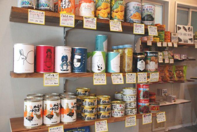保存食「佐渡保存」の実店舗「HOZON」の、珍しい缶詰が並ぶ棚