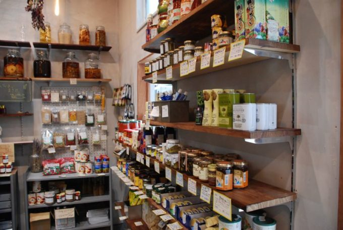 保存食「佐渡保存」の実店舗「HOZON」の内観の一角