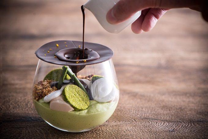 道後温泉「一六茶寮」の変化が楽しめるスイーツ「SHIRASAGI」にチョコレートソースをかけているところ