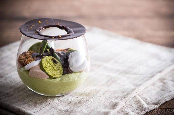 道後温泉「一六茶寮」の変化が楽しめるスイーツ「SHIRASAGI」にチョコレートソースをかけた後