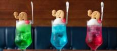 「喫茶ゾウ」のゾウの形のクッキーが乗ったクリームソーダ