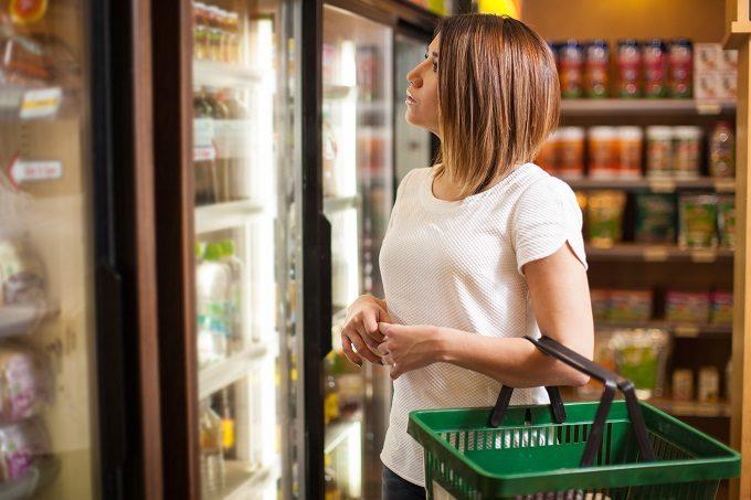 コンビニで買い物する女性