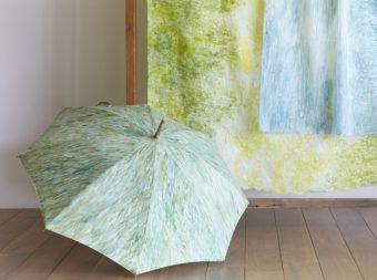 色の重なりに、思い出の光景が重なる。いとうりえこさんの手描きで染めた美しい日傘