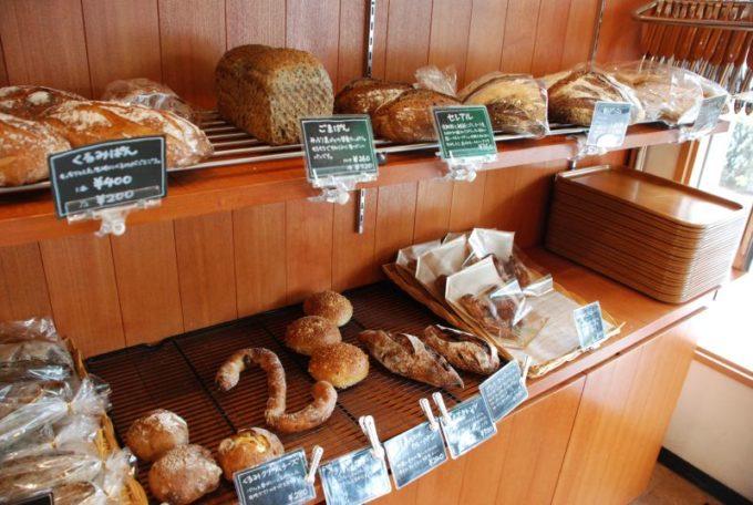 「市東製作所」のハード系のパンなどが並ぶ棚