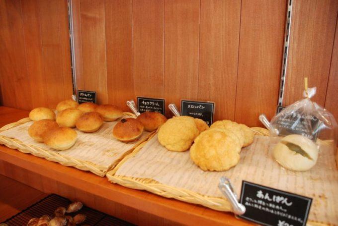 「市東製作所」の甘いパンやソフトなパンが並ぶ棚