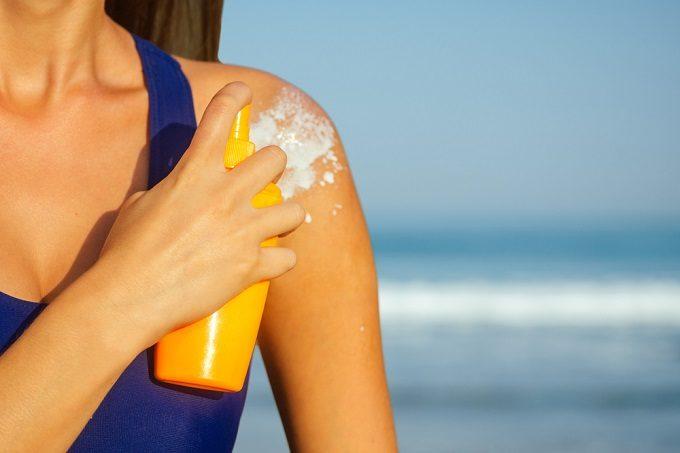 日焼け止めを使用する女性
